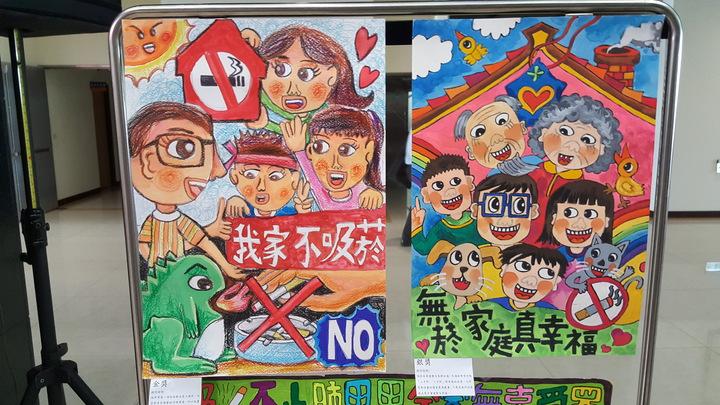 苗栗縣無菸家庭著色與繪畫比賽獲獎作品,上午在會場展示,孩童以天真的筆觸表達支持無菸家庭。記者胡蓬生/攝影