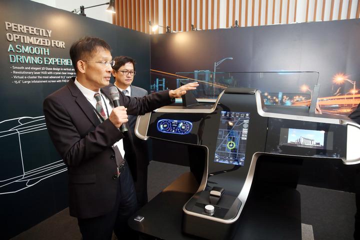 和碩董事長童子賢(右)陪同技術長黃中于向媒體解說車用電子新產品的功能。記者邱德祥/攝影