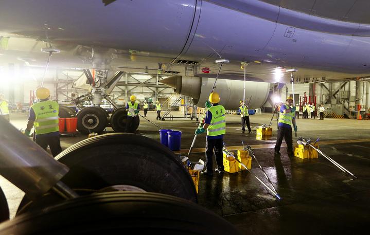 華航集團華夏公司從法國引進環保省水的「ECOSHINE」高科技飛機清洗技術,每次只要使用150公升清水,在飛機表面形成薄膜保護,後續只要「擦飛機」就可以維持傳統打蠟的光亮效果。  記者陳嘉寧/攝影