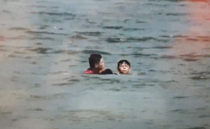 士官長陳政緯游了800多公尺,依序將3名溺水的國中生拉起,再由附近漁船接送上岸。記者曾健祐/翻攝