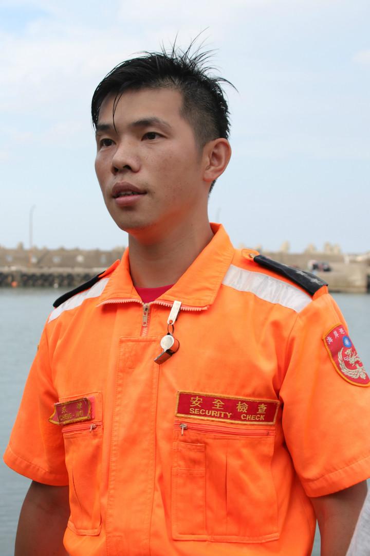 岸巡二總隊磺港安檢所士官長陳政緯,發現有人溺水立刻跳下海,游了800多公尺成功救起3名國中生。記者曾健祐/攝影
