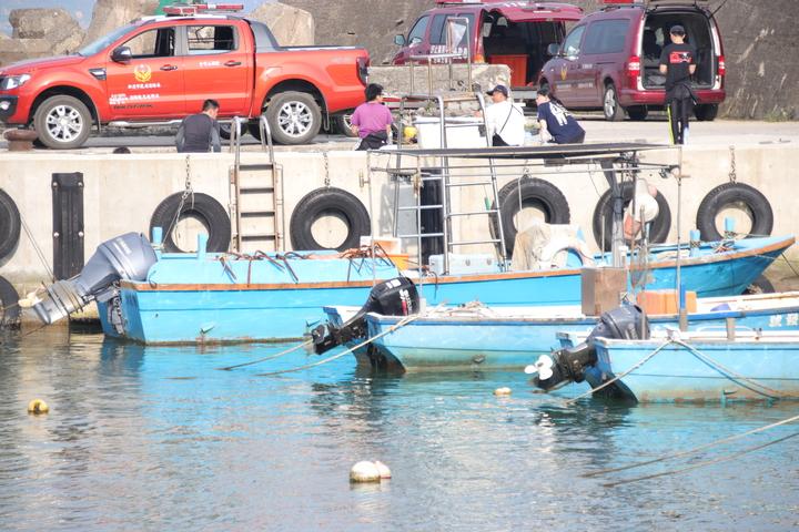 豐漁里長許吉豐的哥哥,聽聞有人溺水,立刻開船(左)出海救援。記者曾健祐/攝影