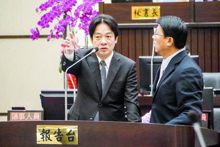 國民黨議員謝龍介(右)認為台南市長賴清德(左)反質詢,於是走到報告台要求兩人位置應互換,要賴清德到議員席。記者鄭維真/攝影