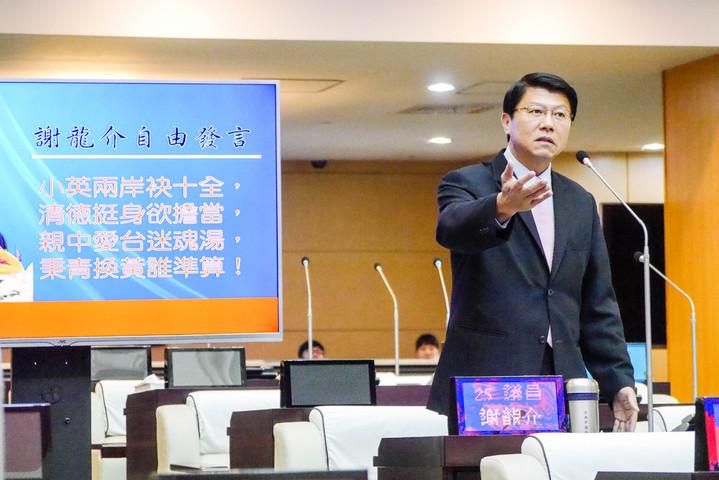 國民黨議員謝龍介寫了一首詩句送給台南市長賴清德,認為賴清德表態「親中愛台」,是在灌迷魂湯。記者鄭維真/攝影