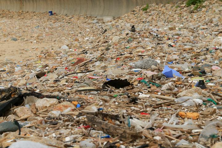 馬祖珠螺村沙灘遍地海漂垃圾,佈滿了保麗龍顆粒,與塑膠碎片。記者林伯東/攝影