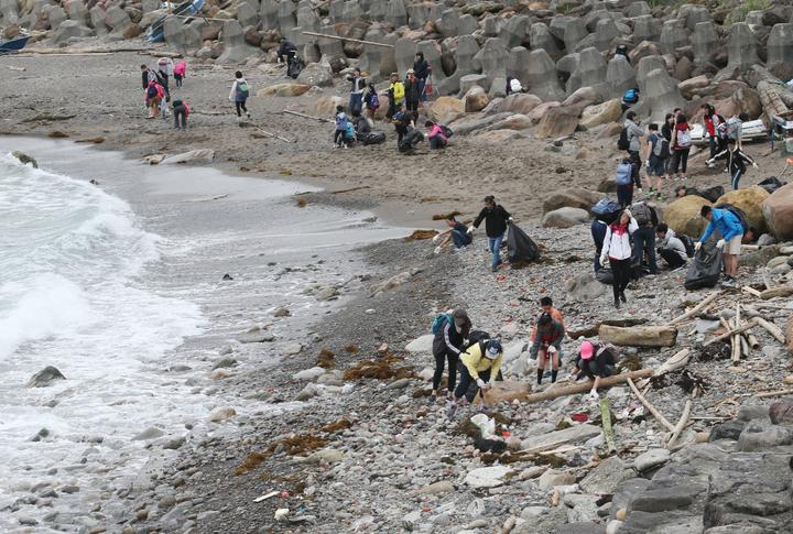 基隆八斗子海岸的淨灘行動。記者許正宏/攝影