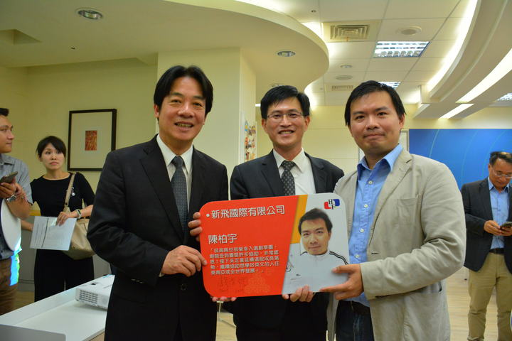 台南市長賴清德(左)、經濟部南台灣創新園區代主任戴友煉鼓勵年輕創業者。記者吳淑玲/攝影