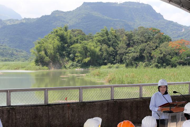 總統蔡英文今天上午到台南白河水庫視察水庫淤積情況,蔡總統強調會用前瞻計畫最大經費來做治水方案。記者劉學聖/攝影