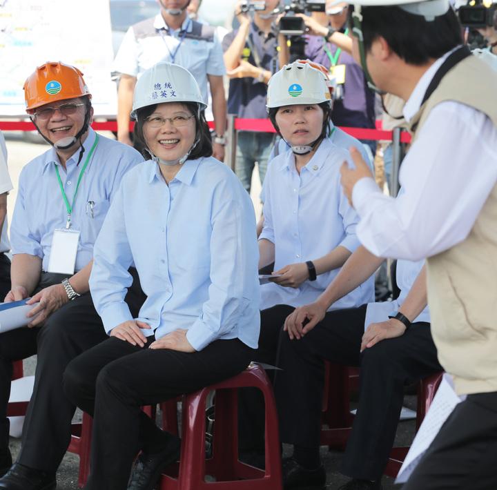 總統蔡英文(左二)今天上午到台南白河水庫視察水庫淤積情況,蔡總統強調會用前瞻計畫最大經費來做治水方案。記者劉學聖/攝影