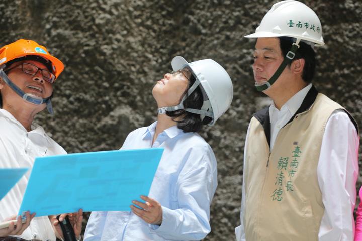 總統蔡英文(中)今天上午到台南白河水庫視察水庫淤積情況,台南市長賴清德(右)全程陪同,蔡總統強調會用前瞻計畫最大經費來做治水方案。記者劉學聖/攝影