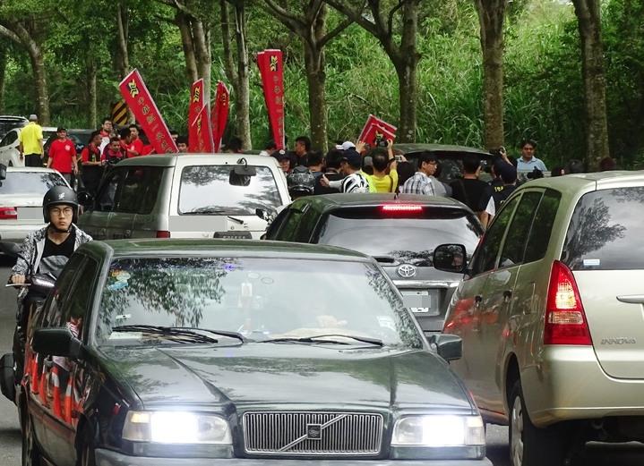 中華統一促進黨員林松坡黨部動員約30名群眾,到顏氏牧場外表達政治理念,引起一陣騷動。記者何烱榮/攝影