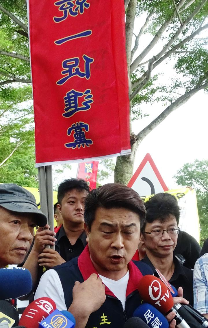 中華統一促進黨員林松坡黨部動員約30名群眾,到顏氏牧場外表達政治理念。記者何烱榮/攝影