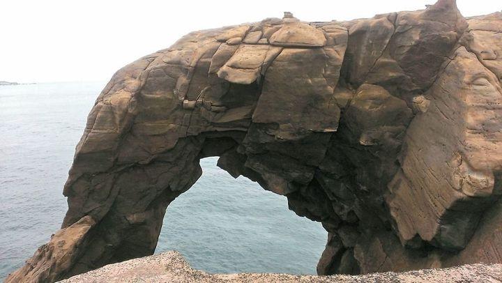 著名景點象鼻岩,假日吸引大批人潮,卻也把垃圾帶進深澳漁港。圖/本報資料照