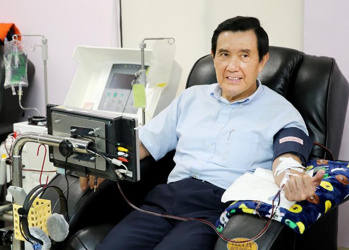 614世界捐血日將屆,前總統馬英九上午出席台灣血液基金會活動,挽袖捐出熱血,盼民眾也響應捐血助人。記者陳柏亨/攝影
