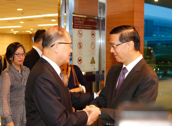 我駐巴拿馬大使曹立傑(右)清晨返台,外交部長李大維(左)親自接機。記者鄭超文/攝影