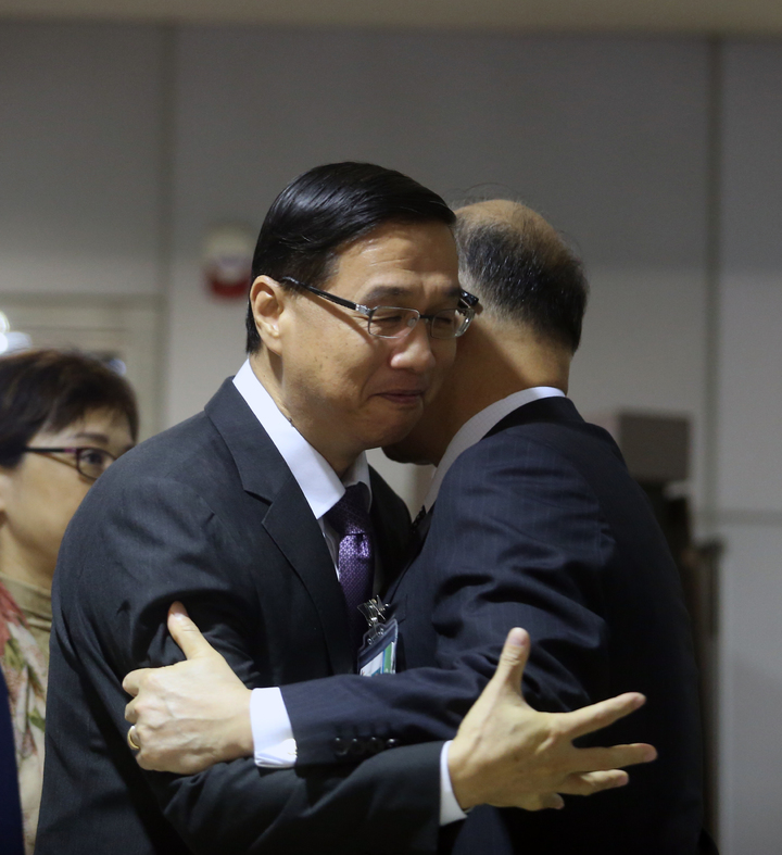 我駐巴拿馬大使曹立傑(左)清晨返台,外交部長李大維(右)親自接機,並給曹立傑一個擁抱。記者鄭超文/攝影