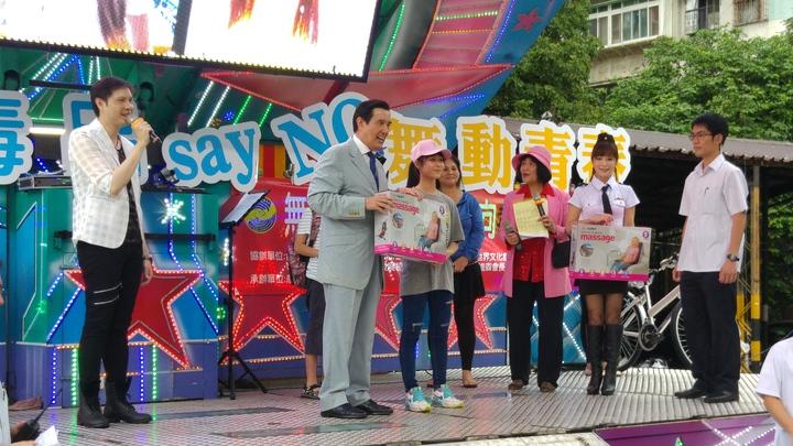 前總統馬英九今早到台北市萬華區青年文創育成園區參加「無毒有我,舞動青春,向毒品Say No」城市巡迴園遊會。記者翁浩然/攝影