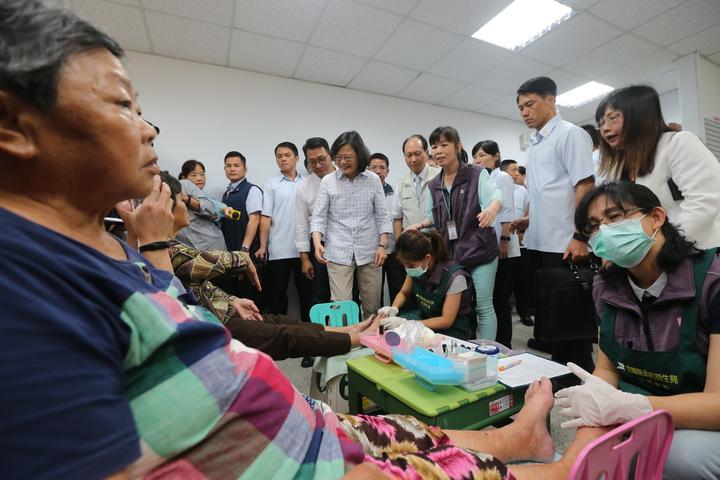 蔡英文總統(中)上午來到宜蘭頭城衛生所,視察糖尿病老人足部護理的處理措施。記者許正宏/攝影