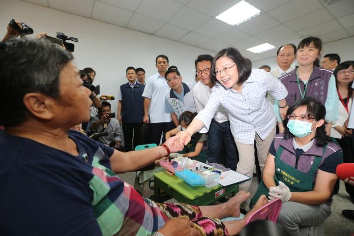 蔡英文總統(右二)上午來到宜蘭頭城衛生所,視察糖尿病老人足部護理的處理措施。記者許正宏/攝影