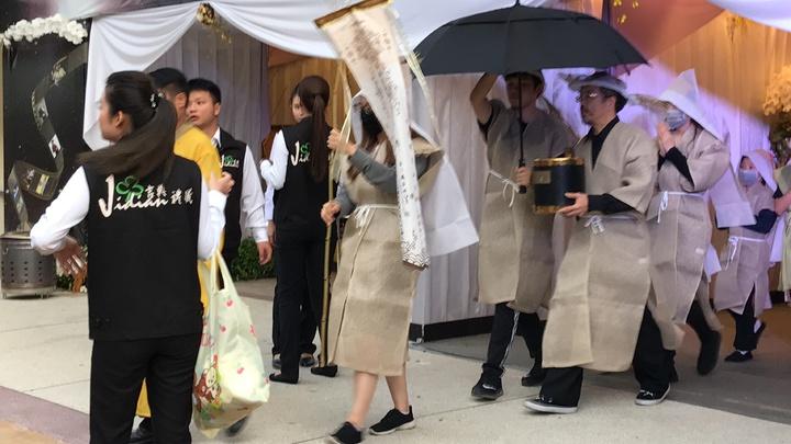 謝家人清晨5:30捧著豬哥亮牌位離開靈堂,進入告別式會場。記者葉君遠攝影