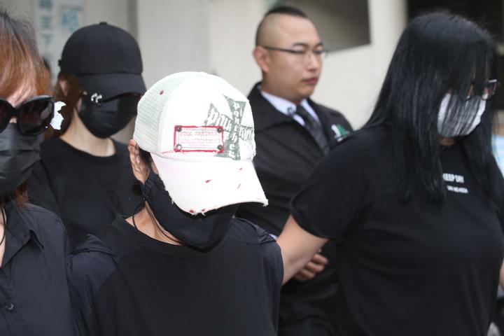 謝金燕(黑帽黑口罩)現身豬哥亮告別式。記者陳瑞源/攝影
