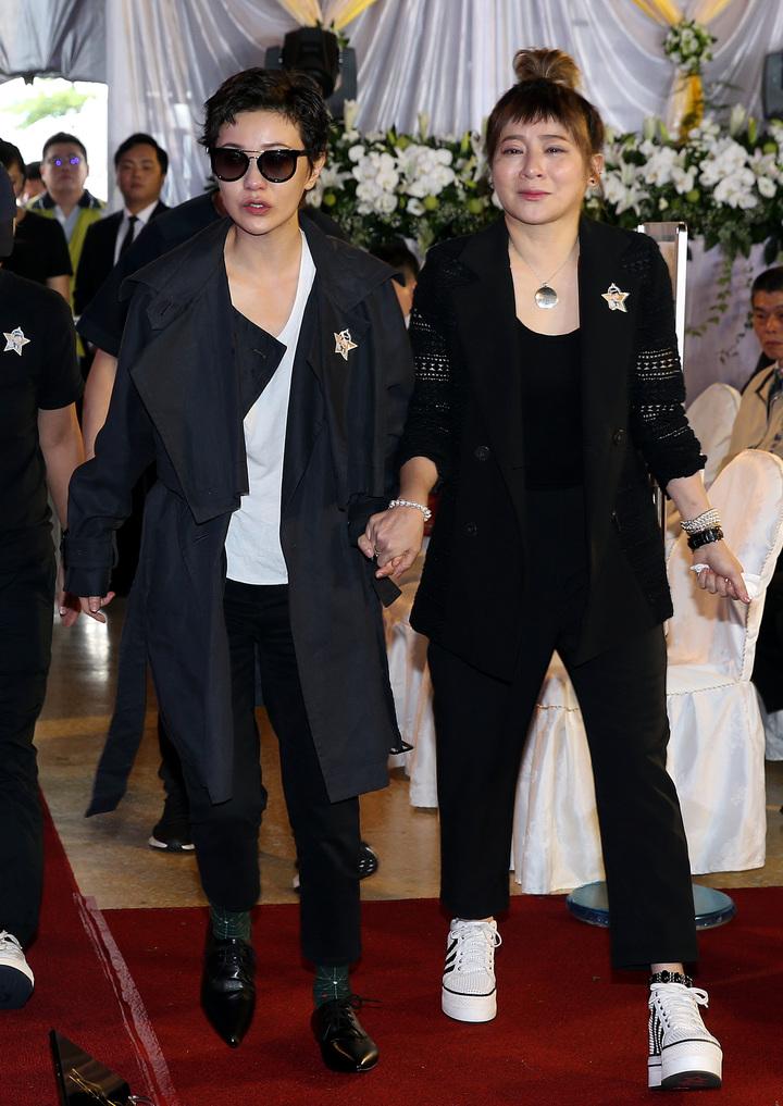 大尾鱸鰻演員郭采潔(左)及王彩樺(右)上午參加豬哥亮告別式,哭紅雙眼。記者侯永全/攝影