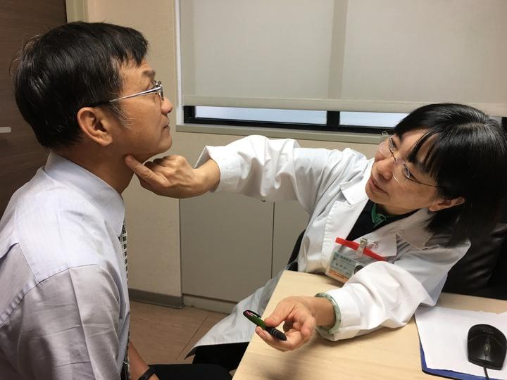 黃季怡表示,因皮膚淋巴癌危險群多是年紀半百的民眾,恐把病灶與斑搞混,可用ABCDE自我檢測法判斷。 記者鄧桂芬/攝影