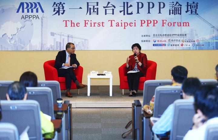 亞太公私合夥建設(PPP)發展協會舉辦第一屆台北PPP論壇,邀請新加坡前財政部第二部長陳惠華(右)演講分享新加坡PPP成功的案例,並與亞太公私合夥建設發展協會理事長葉匡時(左)一同與現場來賓探討PPP發展的方向。記者杜建重/攝影