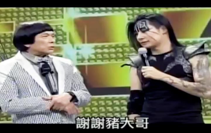 林昶佐在臉書上分享他當年身為閃靈主唱參加豬哥亮節目的畫面。圖/翻攝林昶佐臉書