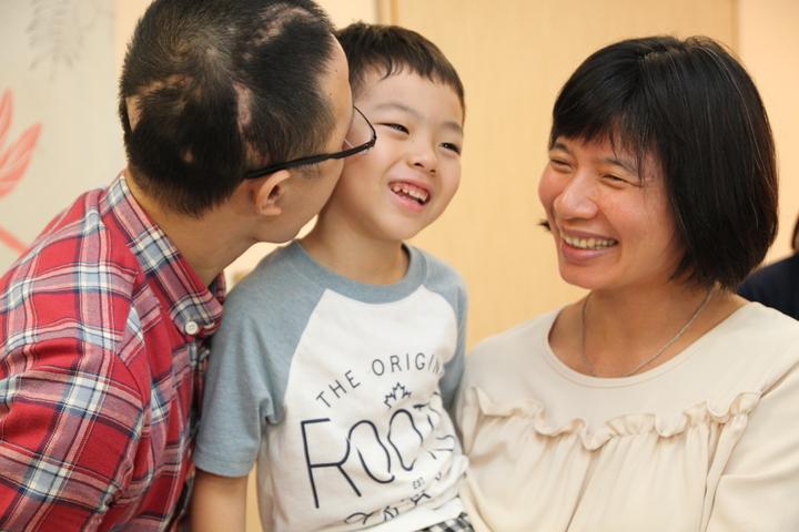 王俊昇(左)親吻兒子,台中市副市長林依瑩在旁看得好開懷。記者黃寅/攝影