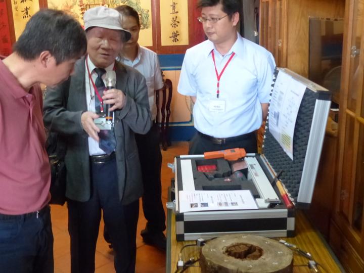 國立臺灣大學森林學系教授王松永(左2)為眾人講解防蟲蟻監測儀式的使用。記者劉明岩/攝影