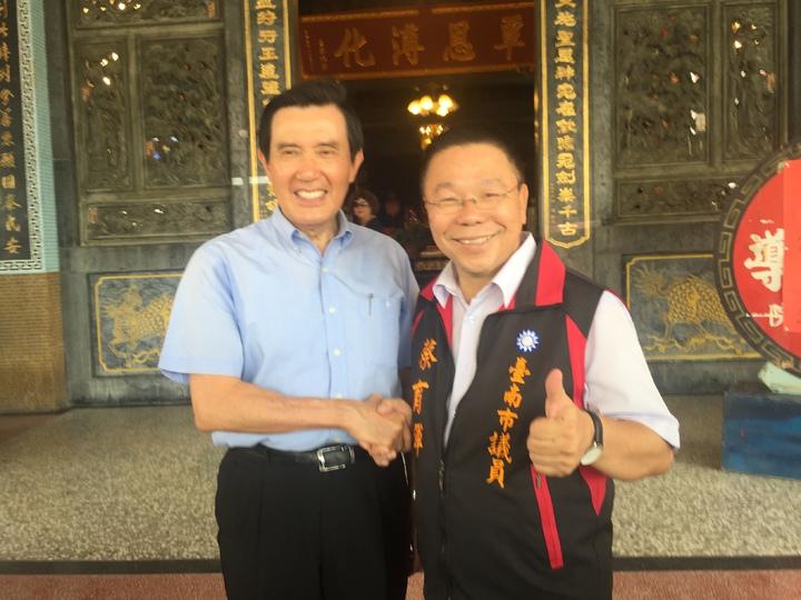 前總統馬英九(左)與市議員蔡育輝(右)合照。記者吳政修/攝影