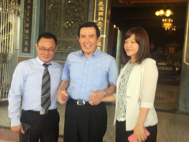 前總統馬英九(中)與民眾握手。記者吳政修/攝影