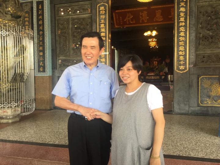 前總統馬英九(左)與孕婦握手拍照。記者吳政修/攝影