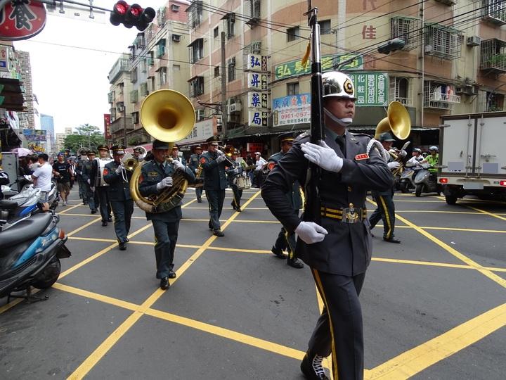 儀隊跟著靈車大隊沿路耍槍表演。記者江孟謙/攝影