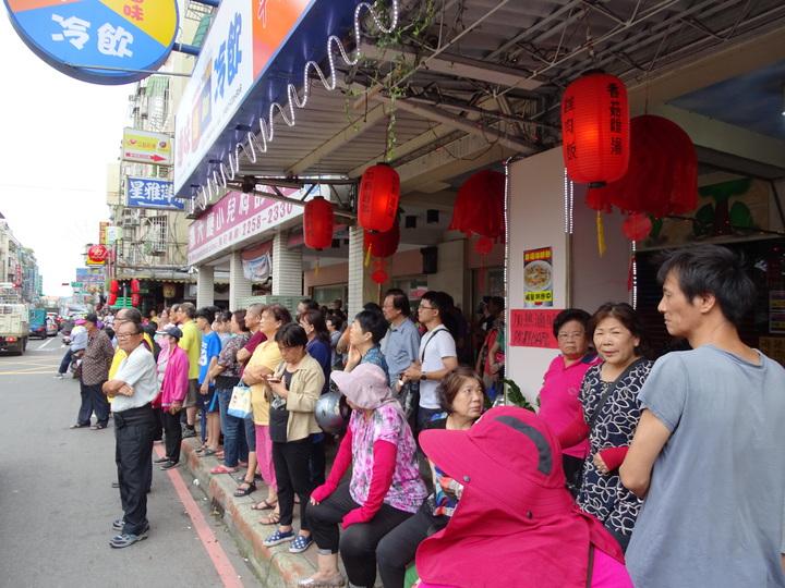 沿街都是圍觀看熱鬧的民眾。記者江孟謙/攝影