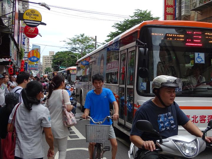 多輛公車等待豬哥亮靈車大隊通過,被卡在後頭。記者江孟謙/攝影