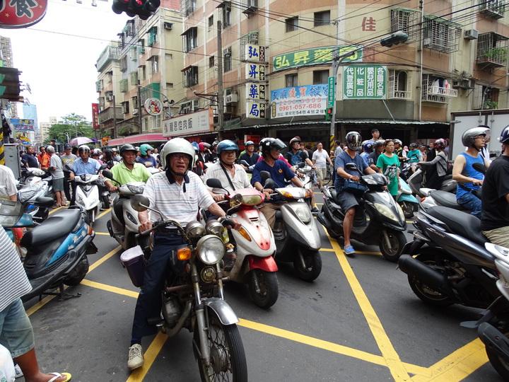 大批騎士跟著靈車大隊一起走。記者江孟謙/攝影