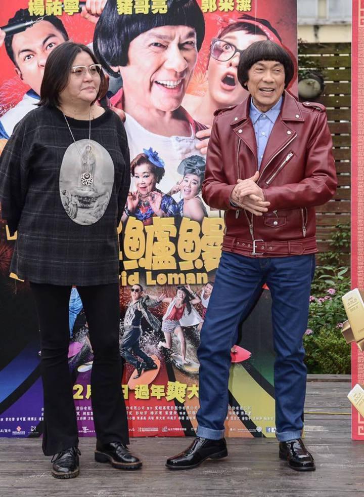 邱&#29896寬、豬哥亮是多年好友,合作「大尾鱸鰻」系列電影創下破億票房佳績。圖/摘自臉書