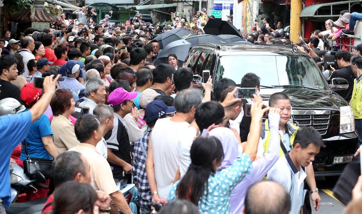 豬哥亮上午舉辦告別式,下午舉行路祭儀式,民眾夾道紛紛舉起手機拍照。記者侯永全/攝影