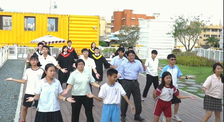 畢業季節到,屏東縣長潘孟安又自拍祝福短片,同時舞一曲送給畢業生。記者翁禎霞/翻攝