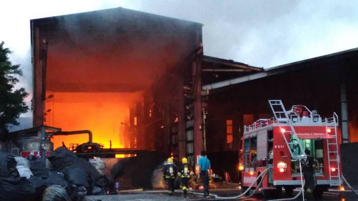 屏南工業區今天凌晨零時35分傳出火災,天亮才終於撲滅火勢。記者蔣繼平/翻攝