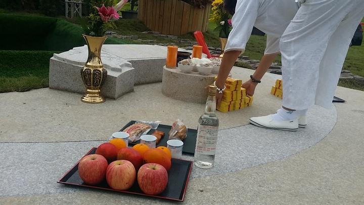 豬哥亮下葬前祭拜法會祭品有水果、素雞等,還特別放了一瓶全門高粱。記者游明煌/攝影