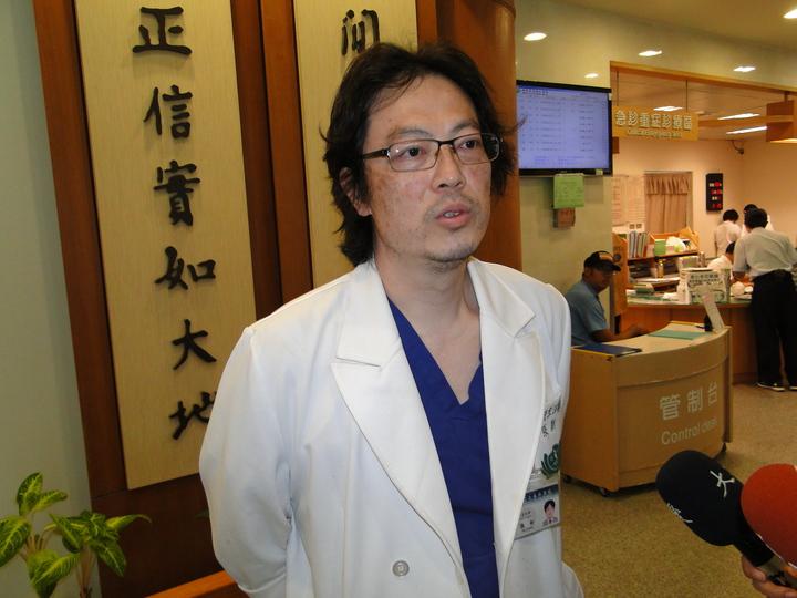 慈濟醫院急診部主治醫師張新說明登山客李明翰的傷勢。記者范振和∕攝影