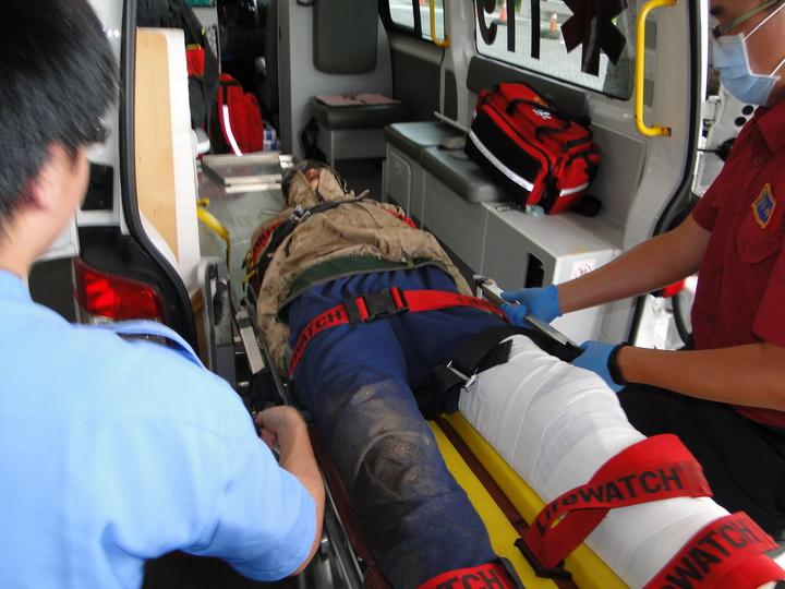 登山客李明翰送往慈濟醫院急救中。記者范振和∕攝影