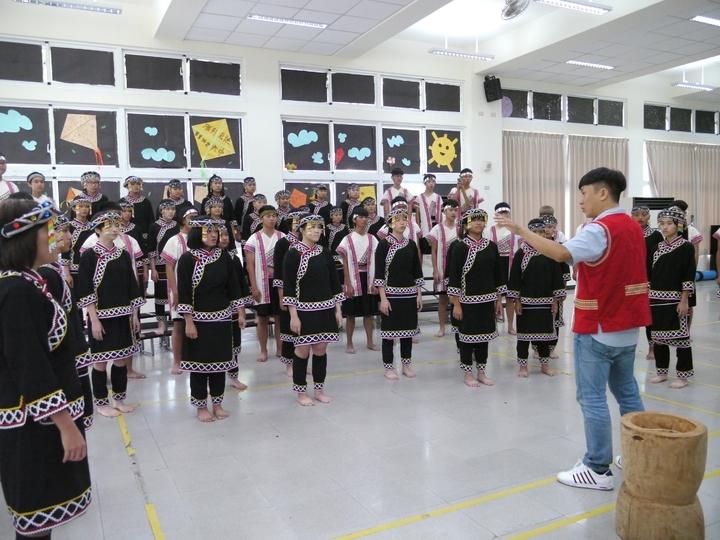 六龜高中合唱團成軍8年,牙醫師陳俊志(右,紅背心者)是合唱團的靈魂人物。記者徐白櫻/攝影