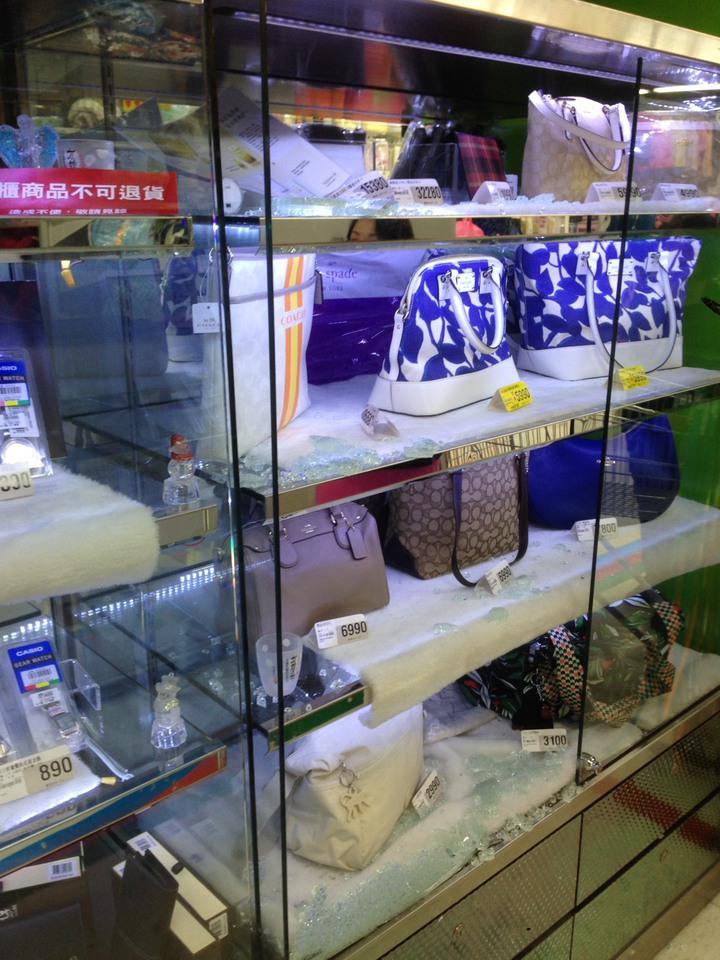 賣場的展示櫃玻璃被竊賊用拇指壓破。記者江孟謙/翻攝