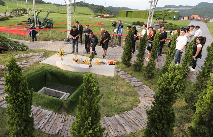 藝人豬哥亮下午在擁恆文創園區墓園下葬,現場也吸引不少豬粉送豬哥亮最後一程。記者陳柏亨/攝影