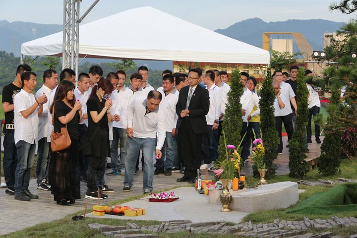 藝人豬哥亮下午昨天在擁恆文創園區墓園下葬,現場也吸引不少豬粉送豬哥亮最後一程。記者陳柏亨/攝影