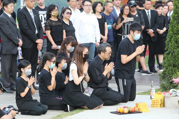 藝人豬哥亮下午在擁恆文創園區墓園下葬,家屬循道教儀式入殮,豬哥亮長子謝順福(右二)帶著謝佑穎(右一)、謝金晶(右三)一起進行「安奉」儀式。記者陳柏亨/攝影
